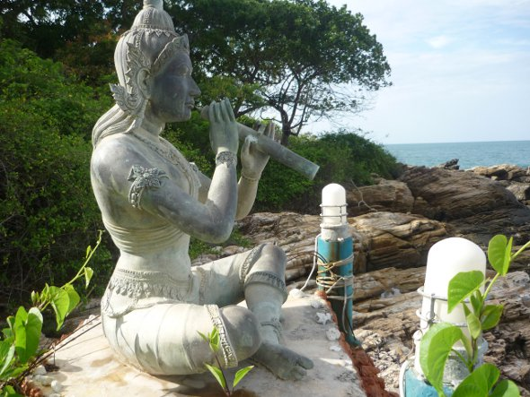 small statue of Aphai Mani at the northern end of Hat Sai Kaew beach