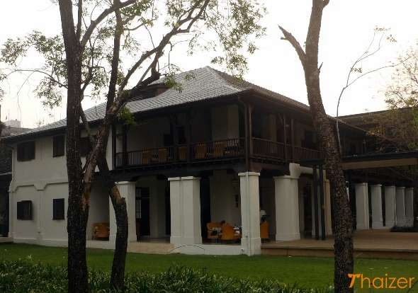The restaurant and verandah at The Chedi