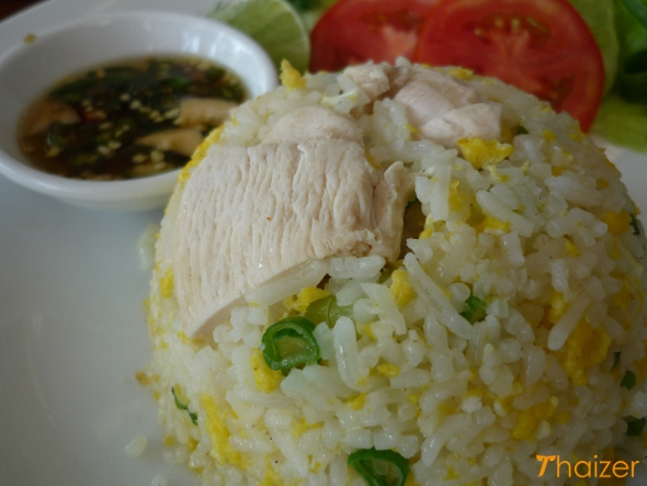 Thai fried rice with chicken (khao phat gai)