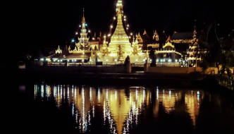 Wat Chong Kham and Wat Chong Klang, Mae Hong Son temples on the lake
